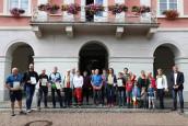 Gruppenbild der Preisverleihung des Stadtradelns 2021 vor dem Rathaus